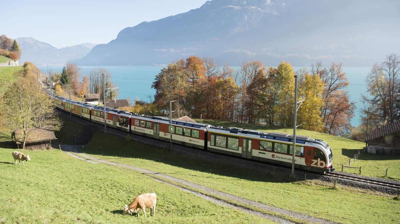 Luzern-Interlaken Express am Brienzersee