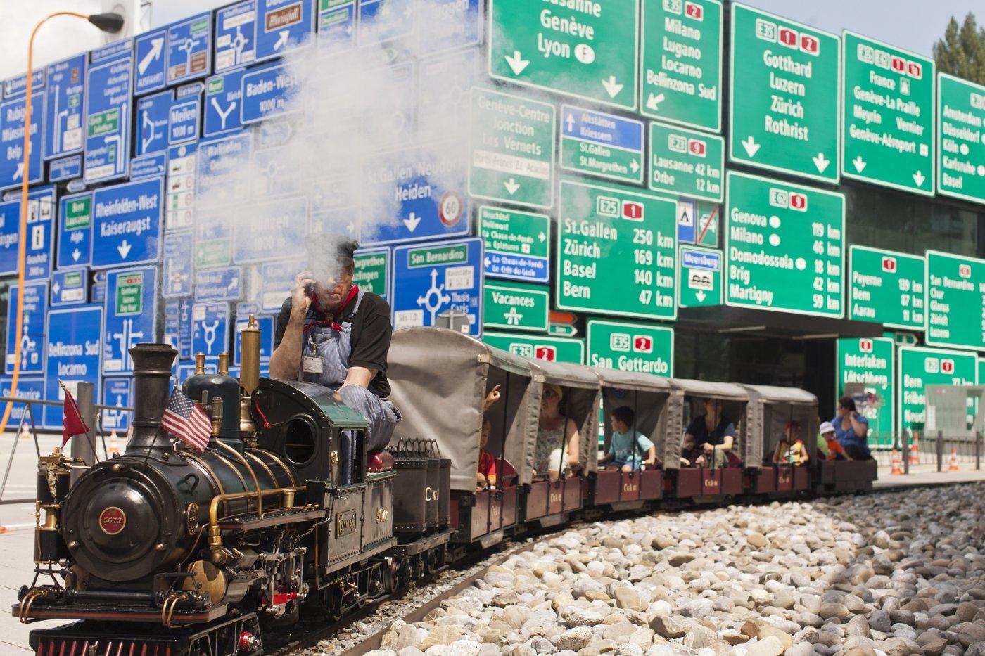 Lokführer auf kleinem Zug