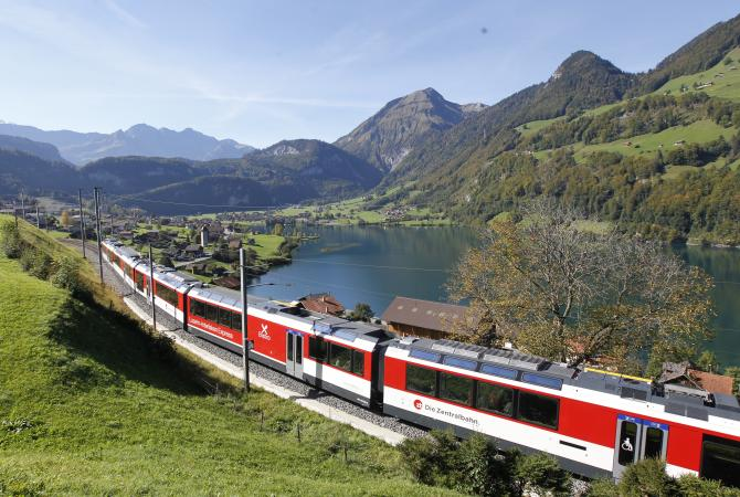 Key visual Luzern-Interlaken Express vor Lungernsee